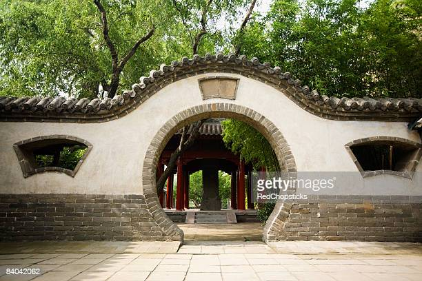 pavilion viewed through a wall, songyang academy, shaolin monastery, henan province, china - shaolin monastery stock photos and pictures