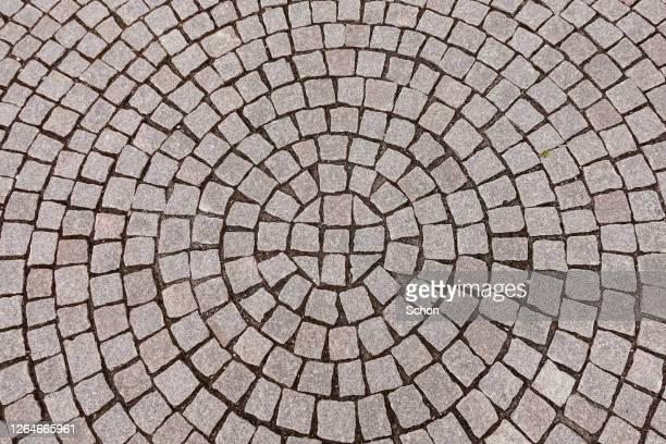 paving stones in a circular pattern - adoquinado fotografías e imágenes de stock