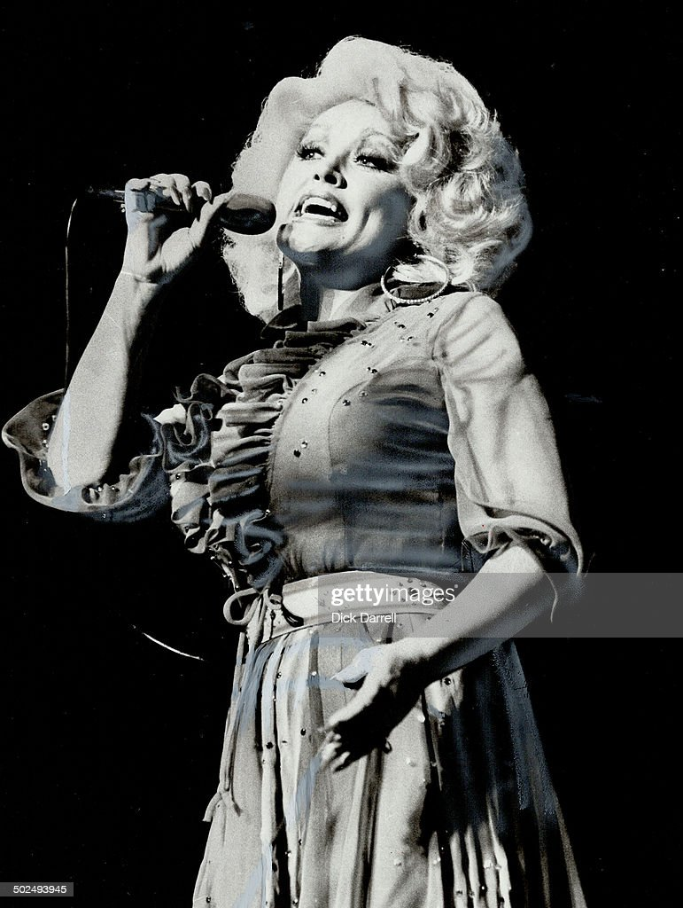 Dolly Parton Was Paid 350 000 A Week By The Riviera In Las Vegas Last
