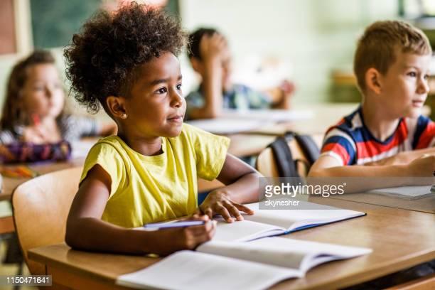 prestando atenção a uma aula no ensino fundamental! - infância - fotografias e filmes do acervo