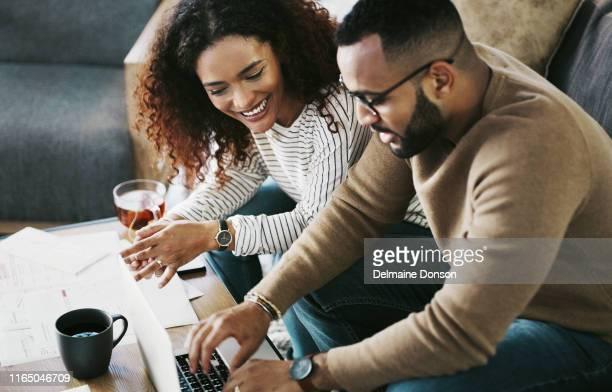 rechnungen bezahlen ist einfach, wenn sie es online tun - finanzplanung stock-fotos und bilder
