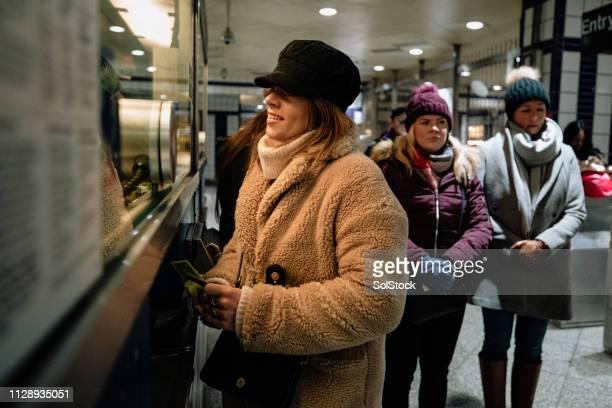 payer pour un ticket de métro - hygiaphone photos et images de collection