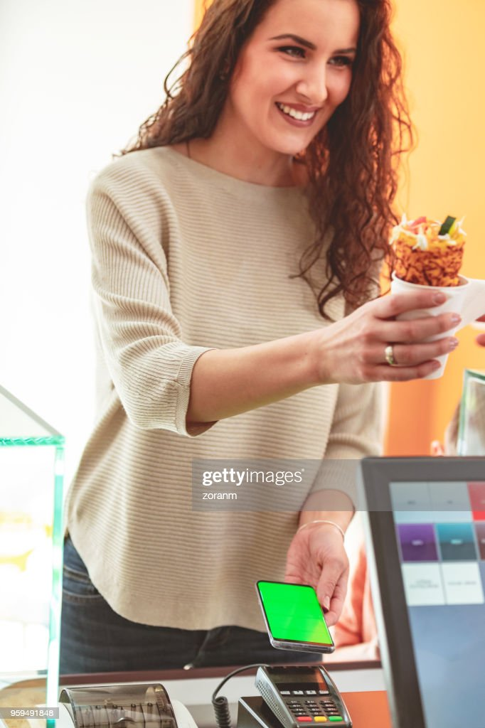 Bezahlen mit Handy im Fastfood-restaurant : Stock-Foto