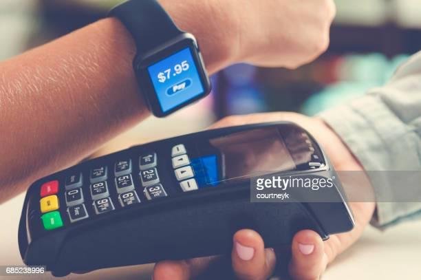 Bezahlen mit einer smart-Uhr.