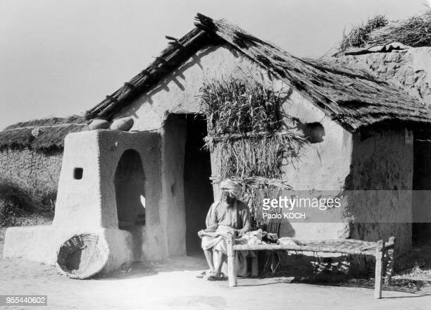 Paysan devant sa maison à Alwar Inde