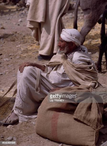 Paysan sur le marché du moussem d'Imilchil dans le Haut Atlas au Maroc en 1983