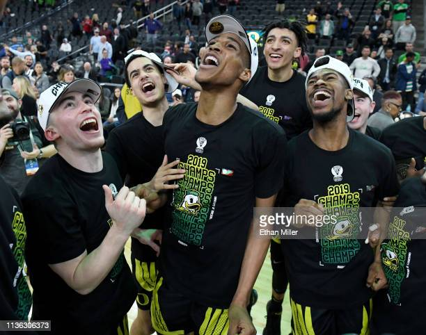 Payton Pritchard, Will Richardson, Kenny Wooten, Miles Norris and Victor Bailey Jr. #10 of the Oregon Ducks celebrate on the court after their 68-48...