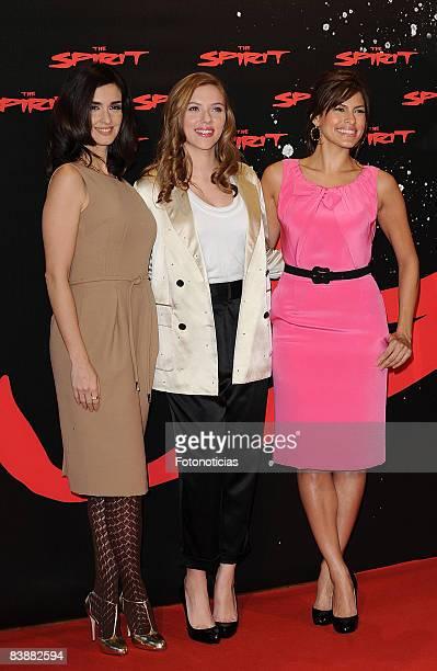 "Paz Vega, Scarlett Johansson and Eva Mendez attend a photocall for ""The Spirit"" at the Santo Mauro Hotel on December 2, 2008 in Madrid, Spain."