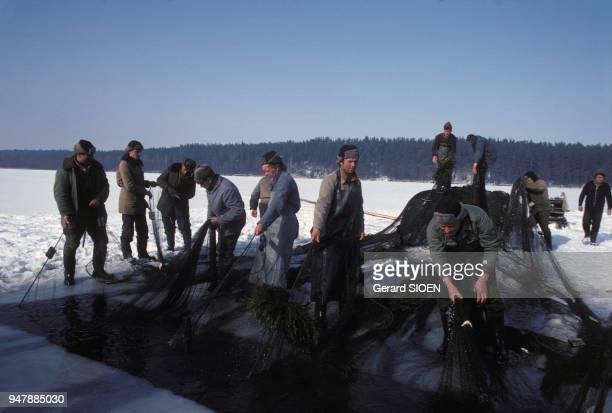 Pêche sur la glace du lac Wigry en Mazurie en mars 1980 Pologne