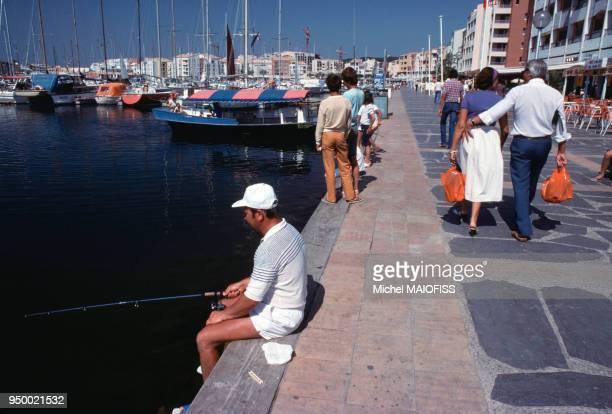 Pêcheur amateur en septembre 1979 sur le port du Cap d'Agde en France