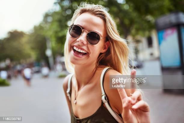 paix sur le beau monde - lunettes de soleil photos et images de collection