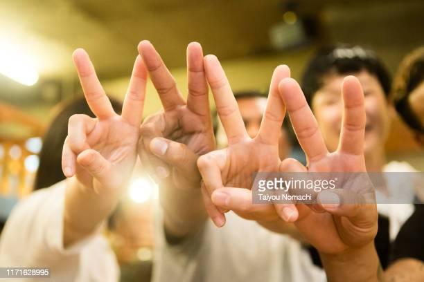 「peace sign」and diversity - símbolos de paz - fotografias e filmes do acervo
