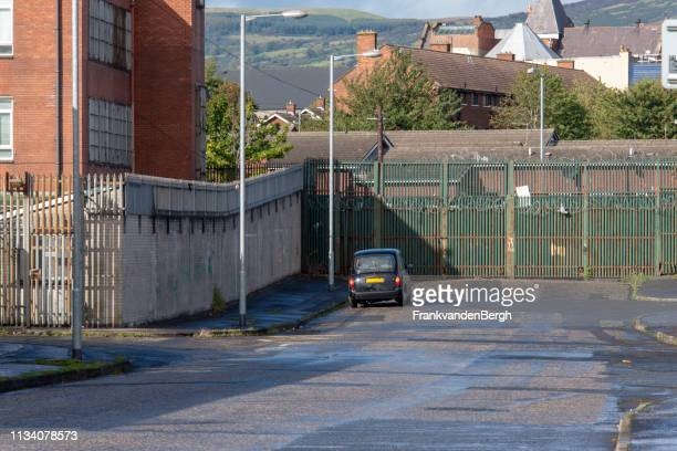 peace wall gate - nordirland bildbanksfoton och bilder