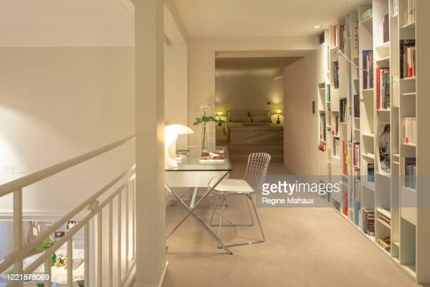 peaceful bureau in a parisian luxurious apartment - mezzanine photos et images de collection