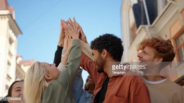 friedliche demonstranten geben sich gegenseitig. soziale gerechtigkeit und friedlich protestierende rassenungerechtigkeit - soziale gerechtigkeit stock-fotos und bilder