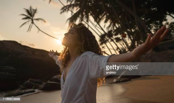 pacífica mujer relajante en la playa - sri lanka fotografías e imágenes de stock