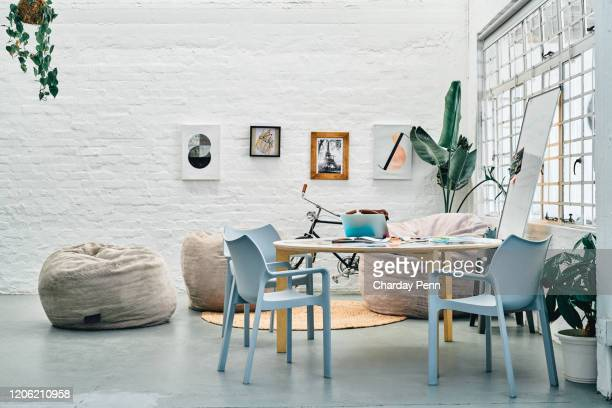 un espace de travail paisible avant le chaos - sacco photos et images de collection