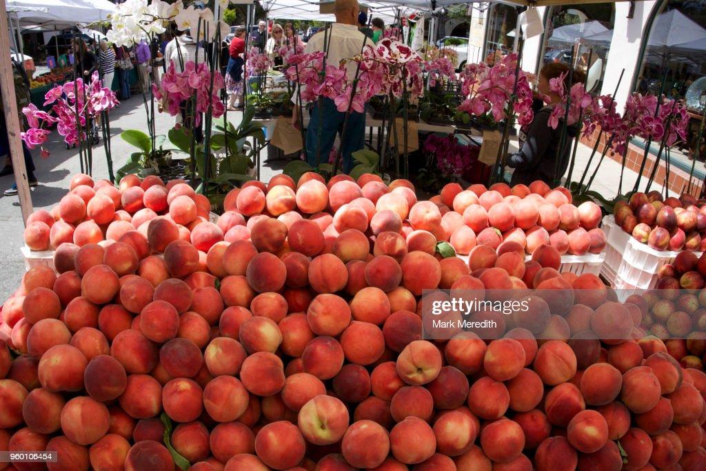 Peaches in a Carmel market : Stock-Foto