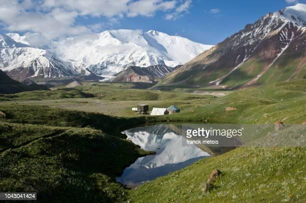 peak lenin ( kyrgyzstan) - kirgizië stockfoto's en -beelden