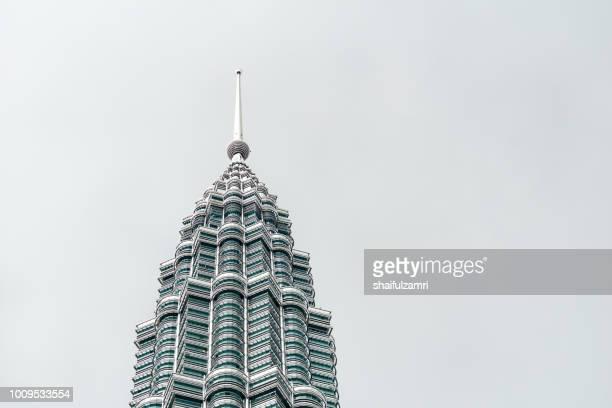 peak of petronas twin towers over cloudy season in kuala lumpur - shaifulzamri 個照片及圖片檔