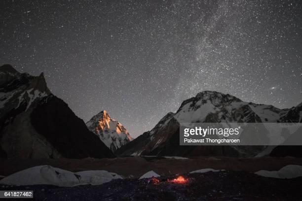 k2 peak under stars at moonrise from concordia, k2 trek, karakoram range, pakistan - k2 mountain stock pictures, royalty-free photos & images