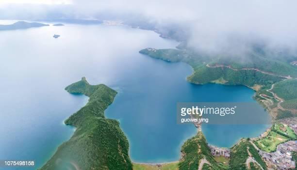 peaks into islands - landelement stockfoto's en -beelden