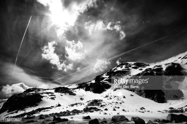 peñalara mountain with its frozen lagoon and snow - blanco y negro stock pictures, royalty-free photos & images