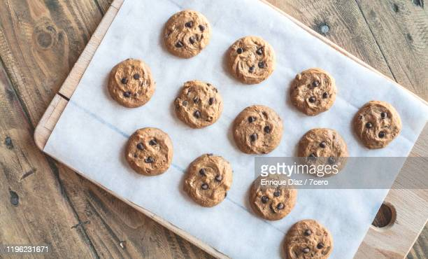 peanut butter choc chip cookies (a dozen) - チョコレートチップクッキー ストックフォトと画像