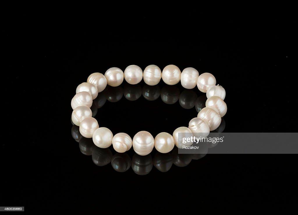 Perlen-Armband mit schwarzem Spiegel Oberfläche : Stock-Foto