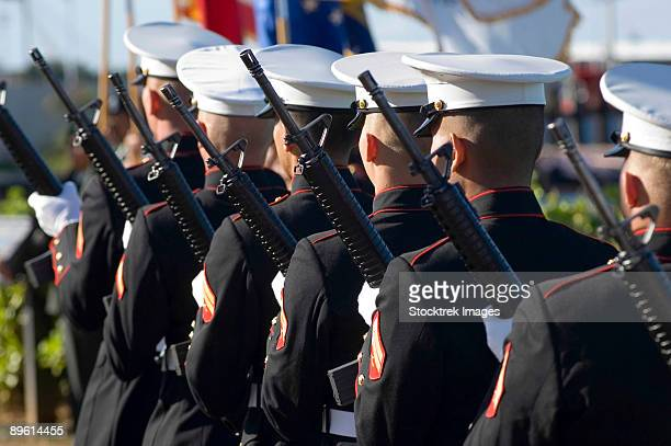 pearl harbor, hawaii, december 7, 2005 - the marine corp base kaneohe rifle team performs the 21-gun salute during the 64th commemoration of the december 7, 1941 attack on pearl harbor, hawaii.  - fuzileiro naval - fotografias e filmes do acervo