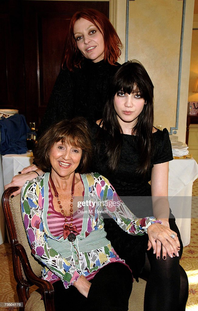 Pearl Lowe with her daughter Daisy and mother Lee Davis attend the DoorOne.co.uk Pamper Party hosted by Pearl and Daisy Lowe, at Claridges on March 6, 2007 in London, England.