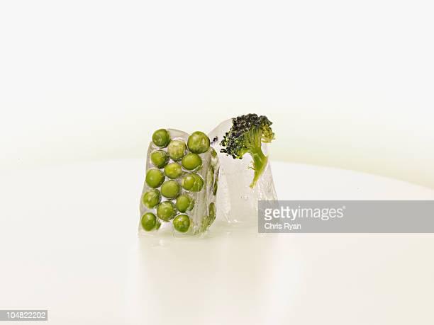 Ervilhas e brócolos congelado em cubos de gelo