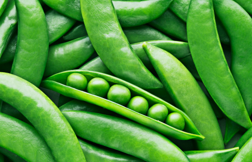 Peas and pea pods 104822169
