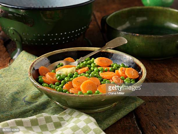 peas and sliced carrots in green serving dish - 盛り皿 ストックフォトと画像