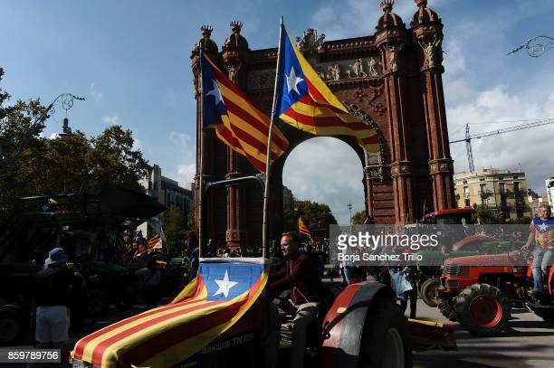 Peasants who support Catalan independence drive with tractors through the Arc de Triomf on October 10 2017 in Barcelona Spain After the October 1...