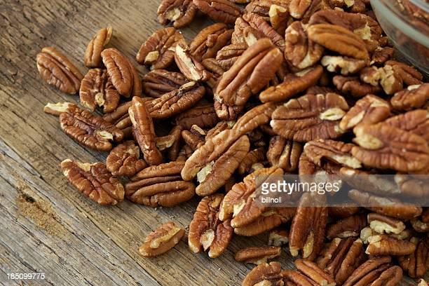 Pekan-Nüssen auf rustikalen Holz-Tisch