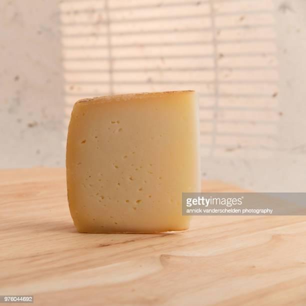 pecorino romano - crosta di formaggio foto e immagini stock