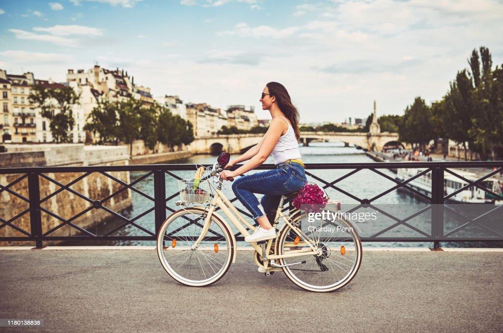 Trafic à travers la ville de Paris : Photo