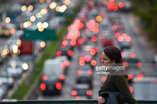 CONTENT] Pedestre caminha em tarde de Trânsito congestionado na avenida 23 de Maio em São Paulo   Congested transit on 23 de Maio avenue in Sao Paulo...