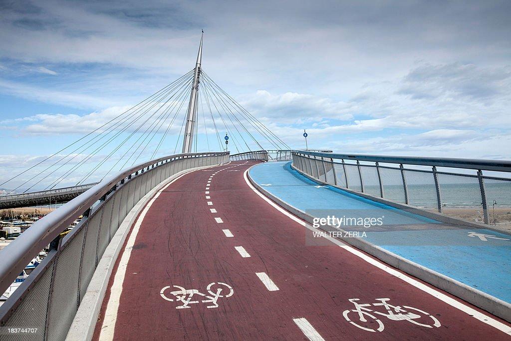 Pedestrian and cycle bridge in Pescara, Abruzzo, Italy : Stock Photo