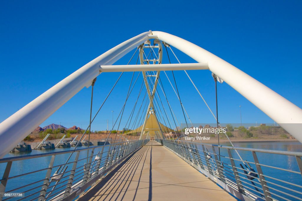 Pedestrian bridge with curved arches in Tempe, AZ : Stock-Foto