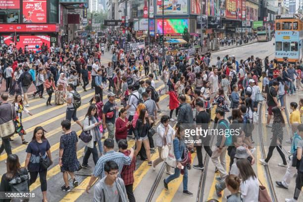 passage pour piétons une rue dans une ville de buste - explosion démographique photos et images de collection