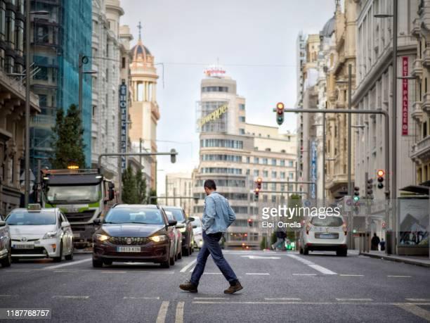 paso de peatones gran vía de madrid - gran via madrid fotografías e imágenes de stock