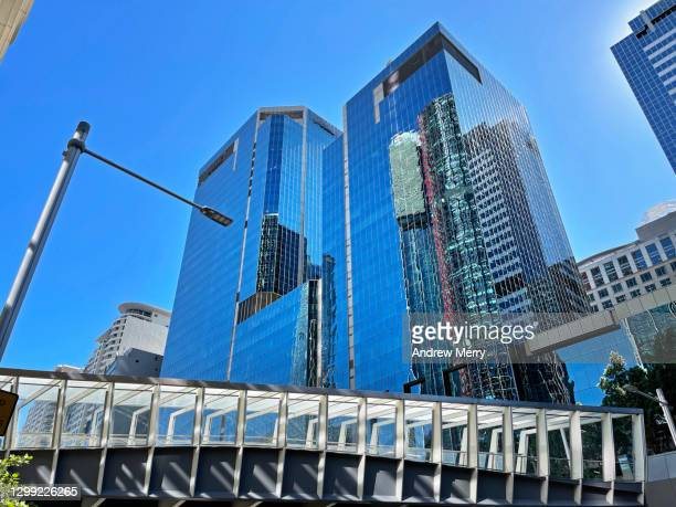 pedestrian elevated walkway, glass office buildings, sydney, australia - darling harbour stock pictures, royalty-free photos & images