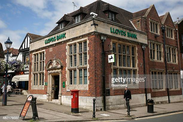 lloyds banking group plc bank branch ahead of earnings ストック