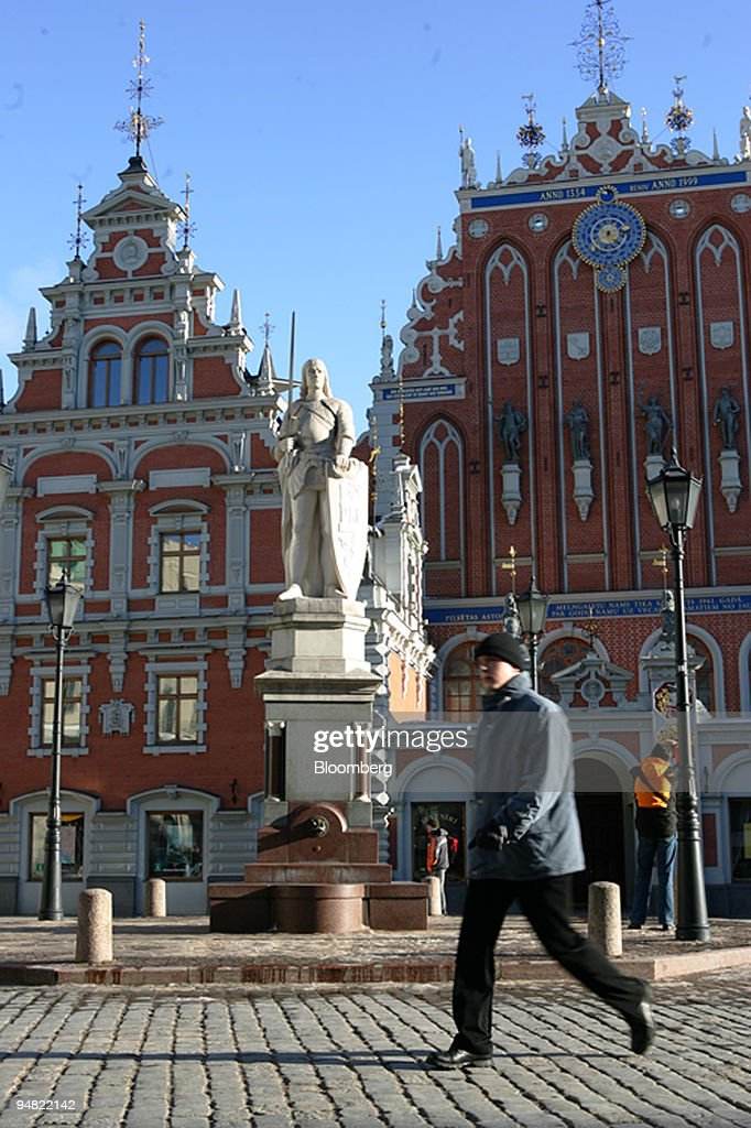 A pedestrian passes the Monument of Roland and Blackheads ho : News Photo