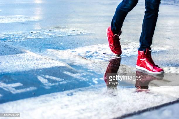 fotgängare - röd sko bildbanksfoton och bilder
