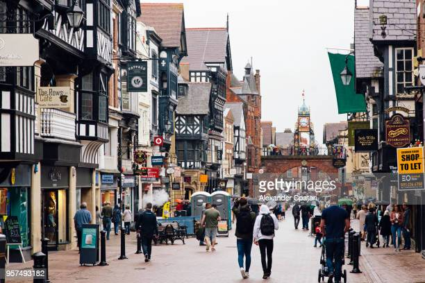 pedestrian shopping street (bridge street) in chester, england, uk - stadsstraat stockfoto's en -beelden