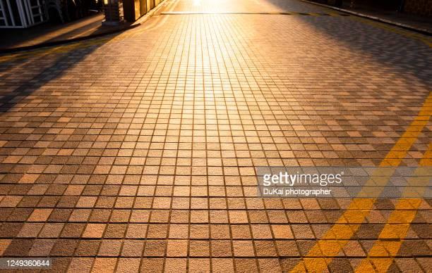 pedestrian street paving stone - bovenste deel stockfoto's en -beelden