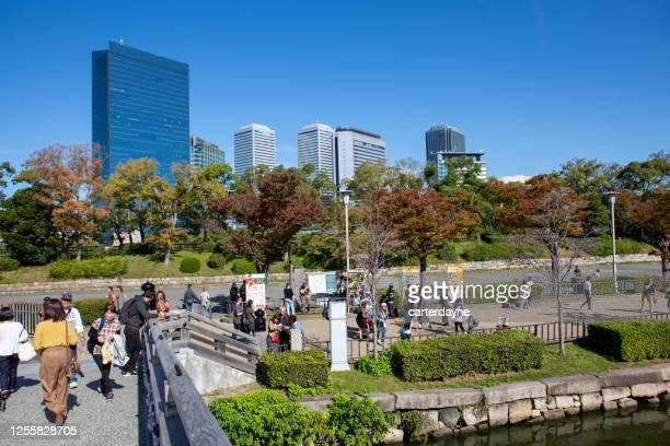 大阪城日本を取り巻く歩行者用歩道 - 大阪ビジネスパーク ストックフォトと画像